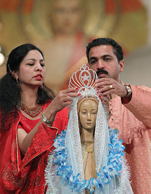 couple with mary statue during pilgrimage