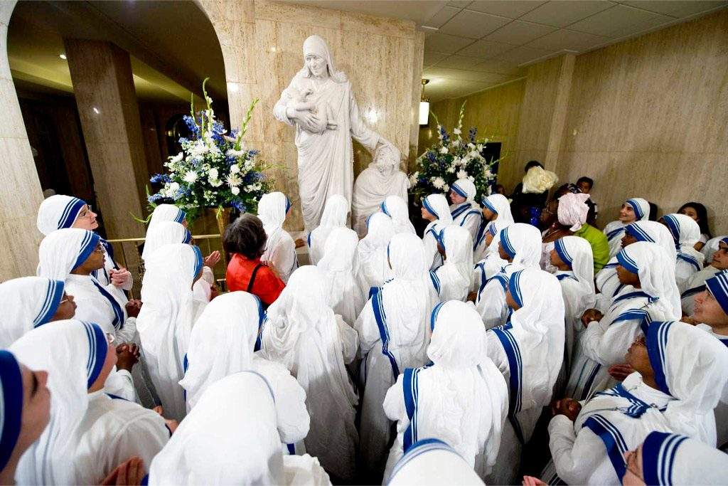 nuns view mother teresa statue on tour