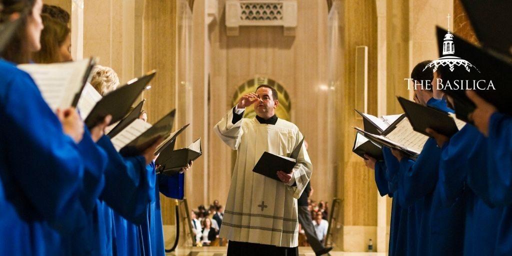 Peter Latona conducting singers